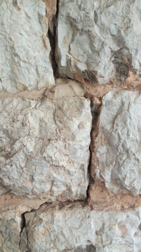 L'attribut alt de cette image est vide, son nom de fichier est Georges-Massaad-2-mur-exterieur-fissure-576x1024.jpeg.